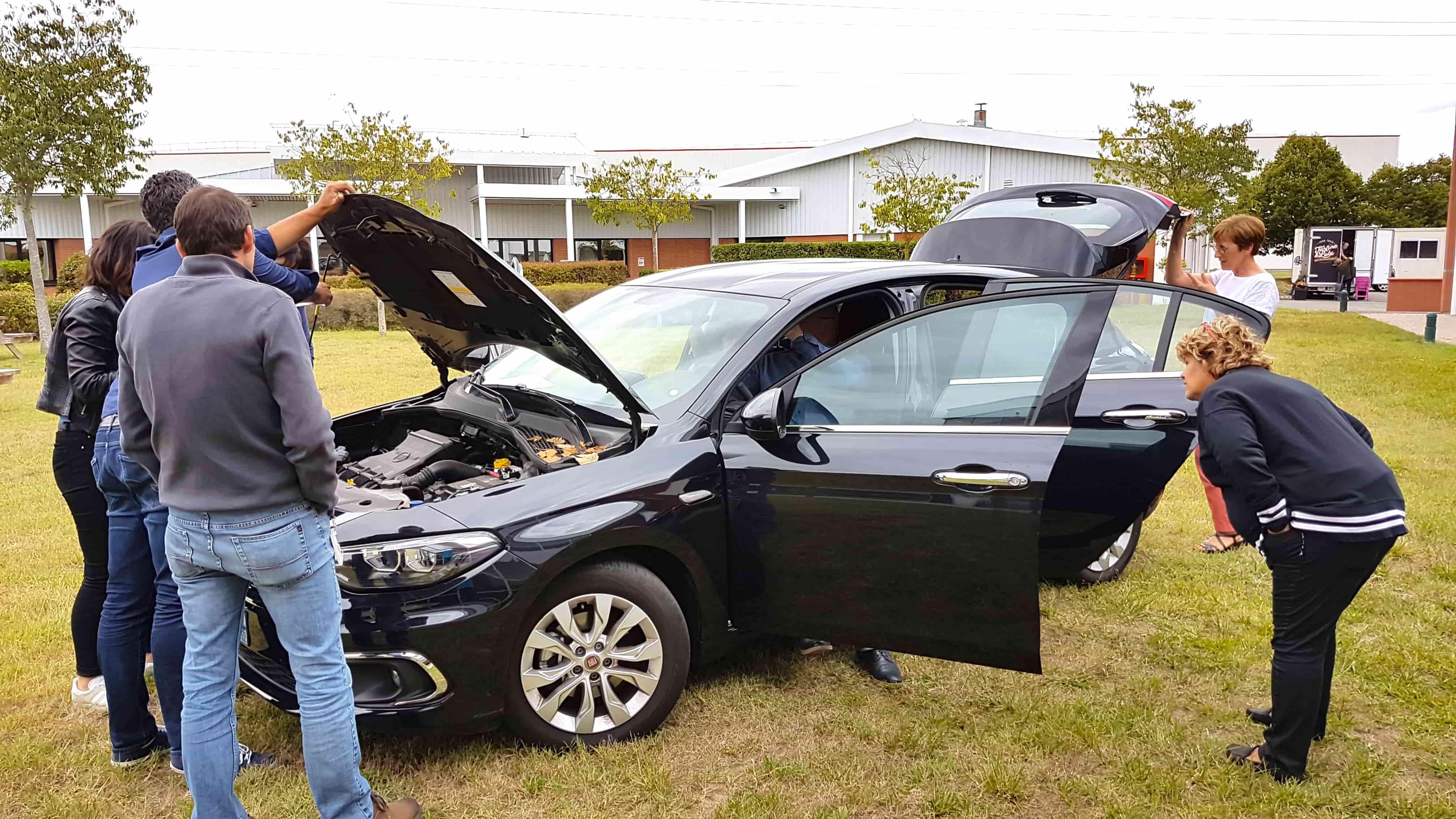 Atelier chasse aux risques autour d'un véhicule